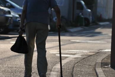 道を歩く高齢の方