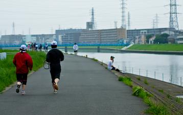 河川敷を走る人